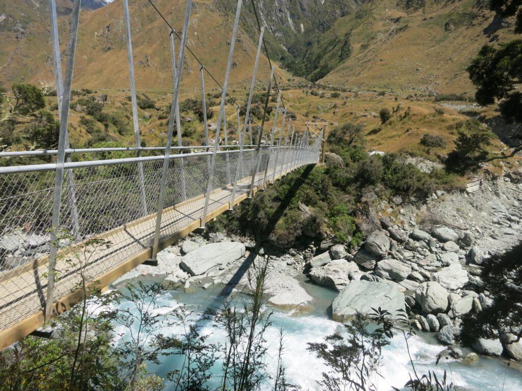 Auf dem Weg zum Rob Roy Gletscher ein der unzähligen Hängebrücken