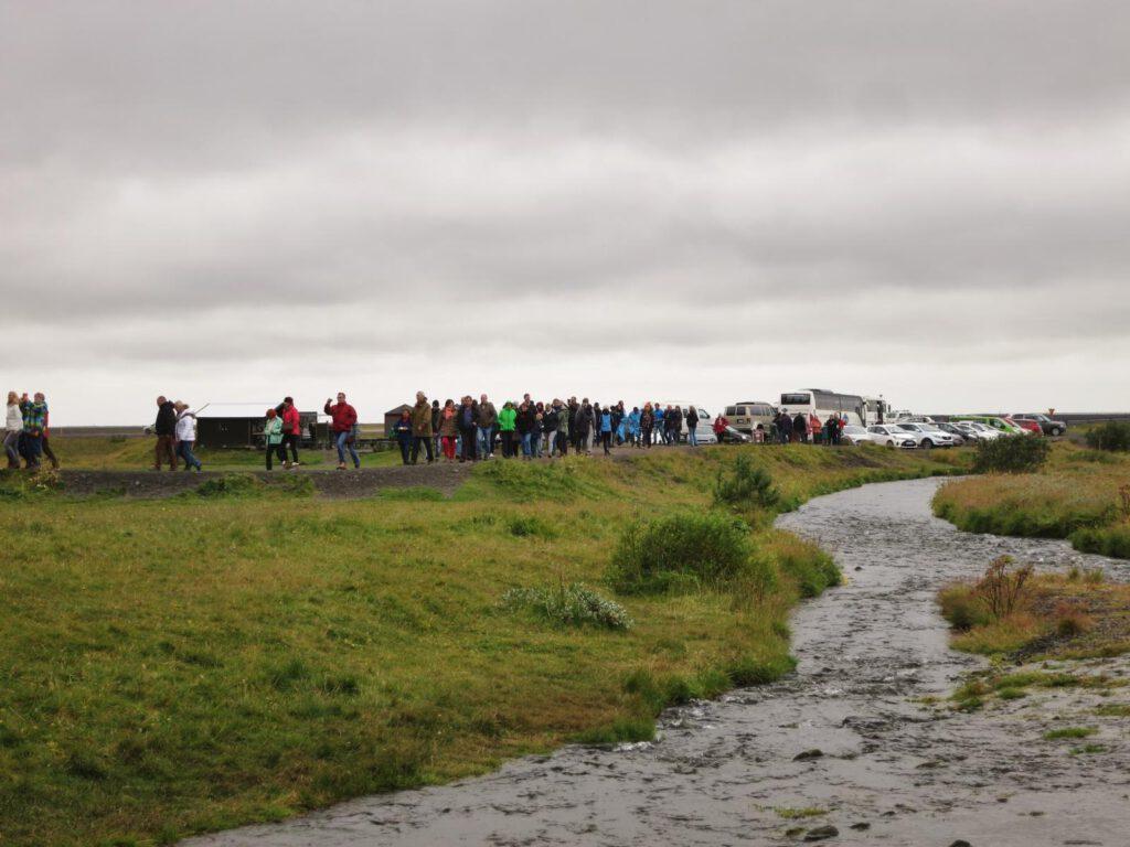 ....hat jemand gesagt - Island sei idyllisch? Menschenmassen auf dem Weg zum Wasserfall