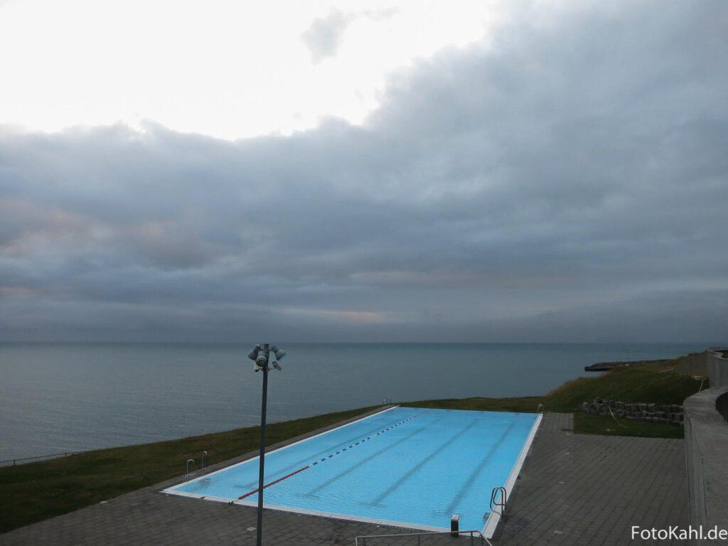 Hofsos - Schwimmbad mit Blick auf´s Meer
