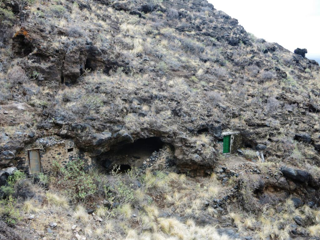 erste Felsenwohnungen