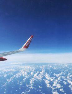 Tragfläche des Flugzeugs auf dem Weg nach Teneriffa